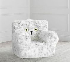 This comfy, kid-sized chair makes for a special spot just for your little one to read, relax or watch their favorite Harry Potter movie! Made of faux-fur, it's the softest seat and boasts Hedwig's friendly face so it makes for a Décoration Harry Potter, Harry Potter Nursery, Harry Potter Characters, Hogwarts, Phineas Y Ferb, Harry Potter Pictures, Harry Potter Wallpaper, Slipcovers For Chairs, Pottery Barn Kids