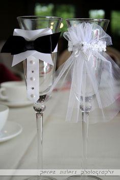 Bride And Groom Glasses, Wedding Wine Glasses, Wedding Wine Bottles, Wedding Champagne Flutes, Decorated Wine Glasses, Painted Wine Glasses, Wine Glass Crafts, Wine Bottle Crafts, Wedding Cards