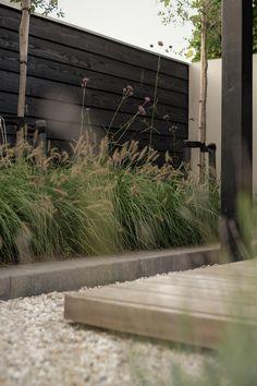 Onderhoudsvriendelijke achteruin met buitenkamer in Amersfoort 7 Outdoor Privacy, Outdoor Balcony, Outdoor Gardens, Backyard Plan, Backyard Garden Design, Brick Garden Edging, California Backyard, Growing Gardens, Night Garden