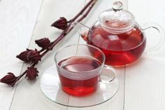 Hibiscus tea benefits your health in many ways. It helps lower high blood pressure, control blood sugar, lower bad cholesterol, reduce depression and many more. Hibiscus tea benefits your he Dietas Detox, Body Detox, Bebidas Detox, Menu Dieta, Fat Flush, Hibiscus Tea, Hibiscus Plant, Hibiscus Flowers, Tea Benefits