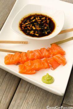 Sashimi de Salmon Ingredientes para la salsa: -3 cs de salsa de soja ( Podéis encontrar salsa de soja sin gluten en tiendas especializadas) -1 cs jengibre  fresco rallado, Zumo de 1/2 lima, 1 c0.postre de Aceite de Oliva virgen extra Primero tenemos que tener en cuenta que el pescado ha tenido que estar congelado previamente 48 horas. Una vez descongelado y desespinado lo cortamos en dados. En un bol mezclamos la salsa de soja, el zumo de lima, el aceite de oliva y el jengibre fresco…