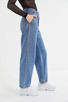 Shop jeans for women at Urban Outfitters. Find boyfriend jeans, bell bottoms jeans, wide leg jeans and skinny jeans. Cropped Jeans Outfit, Ripped Jeans, Mom Jeans, Korean Outfits, Trendy Outfits, Cool Outfits, Korean Fashion, 80s Fashion, Fashion Beauty