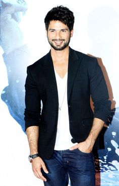 Shahid Kapoor was all smiles at the trailer launch of 'Haider'. Business Casual Attire For Men, Casual Wear For Men, Business Outfits, Blazers For Men Casual, Hot Outfits, Casual Outfits, Indian Men Fashion, Man Fashion, Mens Fashion Blazer