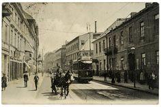 Przy ulicy Miodowej znajdowały się liczne pałace, które po wojnie odbudowano z wielką pieczołowitością. Widoczny na fotografii tramwaj to najpopularniejszy przedwojenny model wyprodukowany przez warszawską firmę Lilpop, Rau i Loewenstein. Zdjęcie z roku 1911.