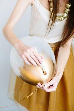 Elegante Luftballons zu Silvester gestalten. Goldene Ballons >> Make gold-dipped balloons for your next party.
