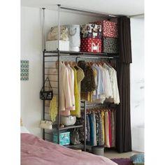 バッグ収納や雑貨収納もOKのおしゃれな突っ張りワードローブ。衣類収納だけでなくバッグやシューズも置ける棚付きの突っ張り式ハンガーです。設置場所や収納量に合わせて幅・高さのサイズが伸縮でき便利です。別売りのカーテンセットを使えば収納物も隠すことができます。