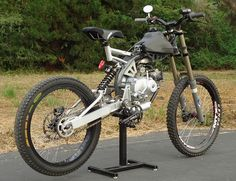 Motoped: l'anello mancante tra moto e mountain bike - 13 - anteprima Pit Bike, Cool Bicycles, Cool Bikes, Dh Velo, Velo Biking, E Mountain Bike, Moto Scrambler, E Mtb, Motorised Bike