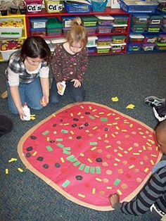 100 Day activities: They read The Little Red Hen Makes Pizza & made a giant pizza with 100 toppings + 100 pieces of cheese! Fun activity for 100 Day. 100 Days Of School, School Holidays, School Fun, Pre School, School Stuff, School Pizza, Preschool Math, Kindergarten Classroom, Maths