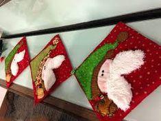 Resultado de imagen para caminos de mesa navideños Christmas Stockings, Holiday Decor, Home Decor, Tela, Scrappy Quilts, Christmas Tables, Table Runners, Tablecloths, Centerpieces