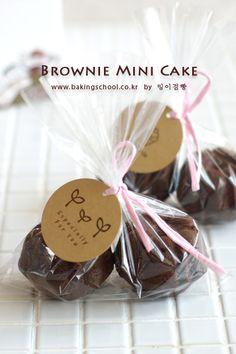 브라우니 미니 케익 - 베이킹스쿨(교훈:배워서남주자) Bake Sale Packaging, Brownie Packaging, Cupcake Packaging, Baking Packaging, Bread Packaging, Dessert Packaging, Wedding Snacks, Xmas Cookies, Edible Gifts