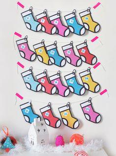 24 chaussettes à remplir de petites surprises en attendant les gros cadeaux sous le sapin ! C'est ce que propose ce calendrier de l'avent à imprimer et à fabriquer bien plus rigolo qu'un calendrier de l'avent tout prêt, non ? Un DIY facile et joli qui met dans l'ambiance de Noël.
