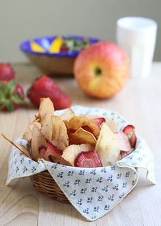 ShowFood Chef: Quick and Healthy Fruit Chips - Simple Saturday Healthy Fruit Snacks, Healthy Prawn Recipes, Healthy Food List, Healthy Eating For Kids, Kids Diet, Yummy Snacks, Snack Recipes, Fruit Salads, Smart Snacks