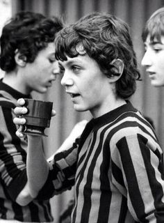 Para los amantes del fútbol, aquí el joven Paolo Maldini en la academia de Milán.