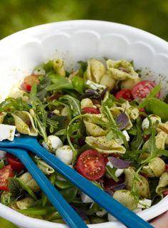Italienischer Nudelsalat mit Rucola, Tomaten, Staudensellerie, Pinienkernen und Mozzarella.