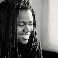 "Tracy Chapman es una cantante estadounidense ganadora de varios premios Grammy y conocida por el éxito de canciones como ""Fast Car"", ""Talkin' Bout a Revolution"", ""Baby Can I Hold You"" y ""Give Me One Reason""."