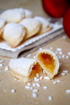MEZZELUNE ALLE PESCHE Le Mezzelune alle Pesche sono dei deliziosi dolcetti Facilissimi da Realizzare, Leggere, Golosissime e, vista la presenza delle Pesch