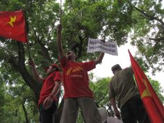 China sinks a Vietnamese fishing boat: China's Sinking of A Vietnamese Fishing Vessel Raises Tensions - Bloomberg http://www.bloomberg.com/news/2014-05-27/chinese-boat-attacks-sinks-vietnam-fishing-vessel-vietnam-says.html