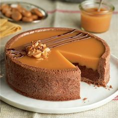 Anyone have an English translation? Tarta rellena de chocolate con leche y caramelo Baking Recipes, Cake Recipes, Dessert Recipes, Delicious Desserts, Yummy Food, Cooking Cake, Just Cakes, Pastry Shop, Flan
