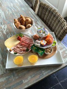 Ideas breakfast in bed menu Breakfast Basket, Breakfast Platter, Breakfast In Bed, Delicious Breakfast Recipes, Healthy Recipes, European Breakfast, Brunch, Mouth Watering Food, Food Platters
