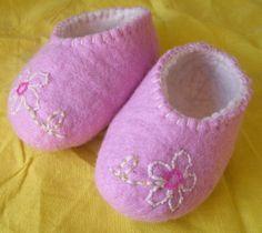 .      Filzschuhe für kleine Prinzessinen, Blumenkinder, Elfen und Feen...    ...innen weich und weiß - außen zart Rosa mit Stickerei und Perlen verzi