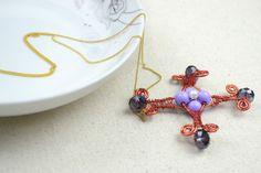 #DIY  #PAP #instruções Mother s day necklace- create wire wrapped cross necklaces for women – blogue do site Pandahall Materiais: arame de alumínio 1,5mm + arame de cobre 0,3mm + contas de 10mm + contas de 6mm