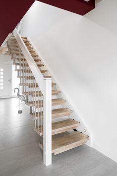 Geradläufige Treppe gerade freitragende treppe stufen in der holzart eiche mosaik weiß