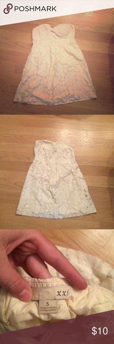 Strapless white dress Flowery feminine white strapless dress. Worn a couple times Forever 21 Dresses Strapless