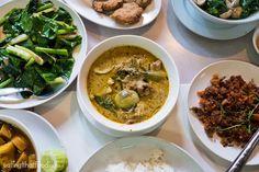 Sanguan Sri (ร้านสงวนศรี) is a classic Thai restaurant in Bangkok at Phloen Chit that serves one of the best versions of Thai green curry I've ever had. Best Thai Restaurant, Bangkok Restaurant, Thai Dishes, Green Curry, Thai Recipes, Spicy, Yummy Food, Restaurants, Eat