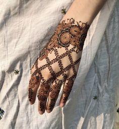 Pretty Henna Designs, Rose Mehndi Designs, Latest Henna Designs, Henna Tattoo Designs Simple, Finger Henna Designs, Full Hand Mehndi Designs, Stylish Mehndi Designs, Mehndi Designs For Beginners, Mehndi Designs For Girls