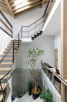 RCの階段を上り切った部分から見る。さらに階段を上ると左手にダイニング、右にリビングがある。