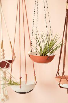 Look at hanger cords Diy Hanging, Hanging Planters, Crafts To Make, Diy Crafts, Plant Holders, Plant Decor, Plant Hanger, Flower Pots, Flowers