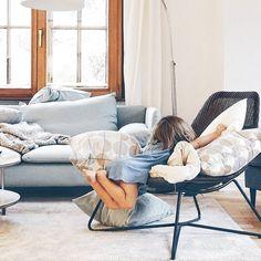 Finde das Kind  Mit vollen Bäuchen nach einem Abendessen an der Elbe und mit müden Minis im Auto geht es nun ab nach Hause... . Ein schönes #blogst16 - Wochenende war es und in unserer Leihwohnung fühlten sich definitiv alle pudelwohl  . Cosy days and home away in Hamburg. . #living #livingroom #tv_living #interior #interiorlove #interiør #interiordesign #interioraddict #weekendmood #weekends #happyweeked #happyweekends #darlingweekend #weekendlover #weekendvibes #family #familylife…