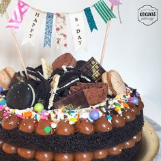 Oreo Madness Birthday Cake #oreo #oreocake #cake #birthday #birthdaycake #torta #dulcedeleche #candy #macarons #chantilly #sprinkles #chocolate