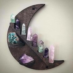 I LOVE this!♡♡ Meditation Rooms, Diy Home Decor, Altars, Wiccan, Crystal Bedroom Decor, Crystal Decor, Healing Crystals, Paganism, Chakras
