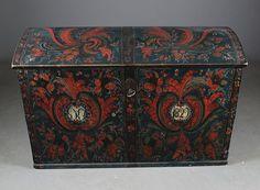 Rosemalt kiste med blå bunnfarge, eierinitialer og dat. 1829. Telemark, L: 113 cm.