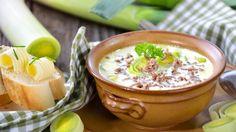 Käse-Lauch-Suppe muss nicht immer so deftig sein. bildderfrau.de präsentiert Ihnen ein leichtes Rezept mit rund 400 Kalorien – und die kann man auch mal verschmerzen, oder was meinen Sie? Unbedingt ausprobieren!
