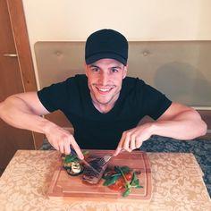 Läuft dir auch schon das Wasser im Mund zusammen, so wie mir? 💦😜  Für tolle Ergebnisse und ein super Wohlbefinden, muss man für qualitative und vollwertige Mahlzeiten sorgen. 😉 Dies ist Fakt und am leichtesten erreicht man das, wenn man sich mit der eigenen Küche anfreundet und die Mahlzeiten selbst zubereitet. Aus diesem Grund habe ich ein leckeres und einfaches Rezept für dich vorbereitet, wie du dir selbst dieses saftige Steak zubereiten kannst.🍴