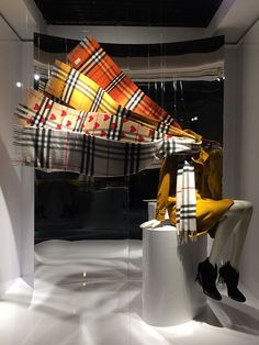 Find tips and tricks, amazing ideas for Store window displays. Discover and try out new things about Store window displays site Boutique Window Displays, Store Window Displays, Retail Displays, Autumn Window Display Retail, Fashion Window Display, Window Display Design, Visual Merchandising Displays, Visual Display, Retail Windows