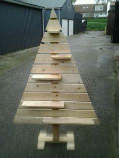 onze eigen gemaakte kerstboom van pallethout door mijn man