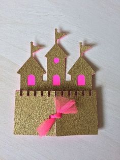 Die Prinzessin lädt zur Kindergeburtstagsparty! Da muss die Einladung königlich passend sein. Hier ist eine wunderschöne Idee dafür. Weitere passende Ideen für Essen, Deko, Spiele und Give-aways für Deine Kindergeburtstagsparty findest Du auf blog.balloonas.com #kindergeburtstag #balloonas #prinzessin #motto #party #einladung #mädchen