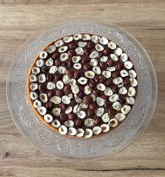 Gâteau façon tarte chocolat noisettes. Fait pour un repas en famille. Composé d'une pâte sucrée aux amandes, d'une crème amandes noisettes, d'une ganache gianduja noisettes et de noisettes torréfiées. Cereal, Breakfast, Family Meals, Almonds, Morning Coffee, Breakfast Cereal, Corn Flakes