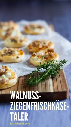 Walnuss-Ziegenfrischkäse-Taler The perfect starter – delicious walnut goat cream cheese Sausage Recipes, Baby Food Recipes, Healthy Recipes, Party Recipes, Meat Appetizers, Appetizer Recipes, Healthy Eating Tips, Clean Eating, Recetas Whole30