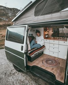 RV interior that we love Source by Related posts: 23 Amazing Van Life Interior Ideas For Inspiration 21 VAN LIFE INTERIOR IDEAS 2018 Inspirations Van Life Interior Ideas 5 Custom motorhome from conversion interior: CozyPlaces T3 Camper, Camper Life, Vw Camper Vans, Vw Transporter Camper, Vw Vanagon, Van Life, Kombi Trailer, T3 Vw, Kombi Home