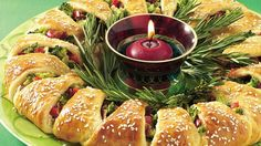 Holiday Appetizer Wreath:Easily transform crescent rolls into a festive first course for Wrap red and green veggies inside and decorate with fresh rosemary greenery. It's a beautiful edible centerpiece! Christmas Appetizers, Christmas Treats, Christmas Brunch, Christmas Foods, Holiday Foods, Christmas Traditions, Winter Christmas, Holiday Gifts, Edible Centerpieces