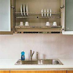 Escurridor de platos encima de lavabo.