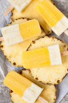 Ananas-Joghurt Popsicles aus drei Zutaten. Dieses gesunde Eis am Stiel ist im Sommer der absolute Renner. Extrafruchtig, cremig und erfrischend.…