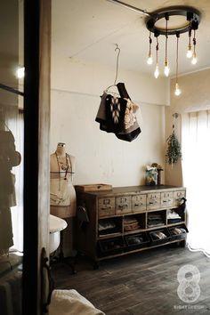 ガラス越しに望むショップのようなもうひとつの風景:マンションリノベーションK様邸の部屋 家事室兼洗面室