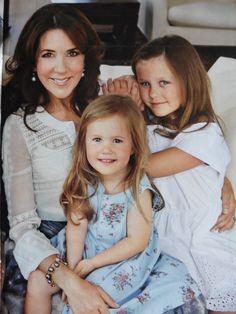 Mary met haar 2 dochtertjes