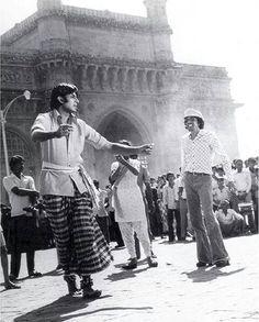E HAIN BAMBAI NAGARIYA TU DEKH BABUA....Director Chandra Barot watching Big B's Rehearsal Anthony Quinn, India First, Amitabh Bachchan, Young Man, Bollywood, Actors, Film, Movies, Instagram