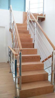 escalera metlica con peldaos de madera de roble y barandillas de acero inoxidable escalera